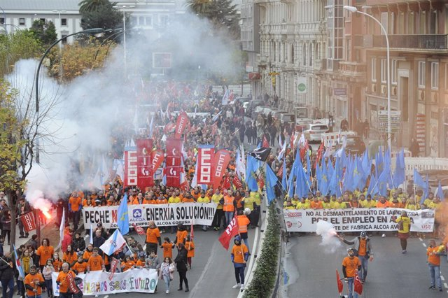 Miles de personas se manifiestan en A Coruña contra el cierre de las plantas de Alcoa y urgen al Gobierno una solución