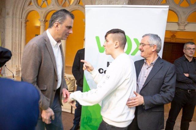 Un joven increpa al secretario general de Vox