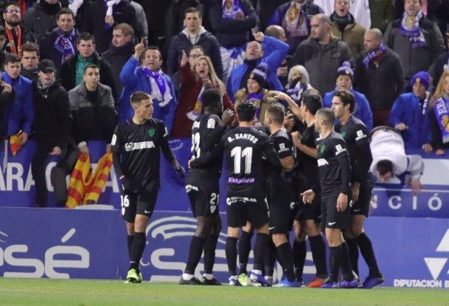 El Málaga se engancha a la pelea en Zaragoza