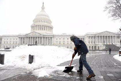 Al menos siete muertos y miles de vuelos cancelados a causa de una tormenta de nieve en EEUU