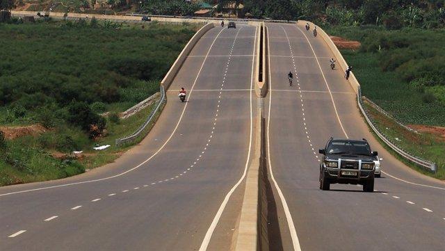 Vehículos transitan por una autopista en Kampala, Uganda