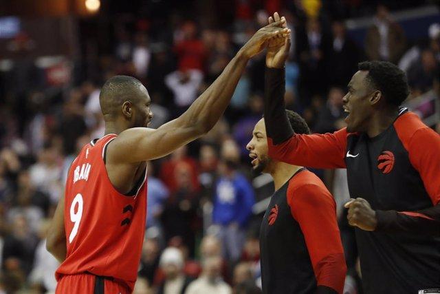 Serge Ibaka celebra la victoria de Toronto Raptors