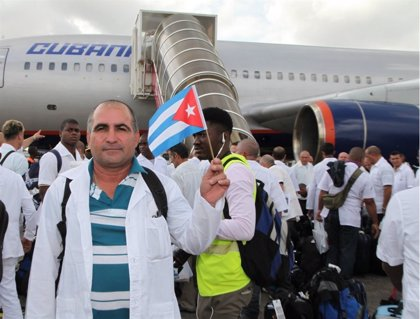 Maduro anuncia que los 2.000 médicos cubanos que salieron de Brasil llegarán para reforzar la salud en Venezuela