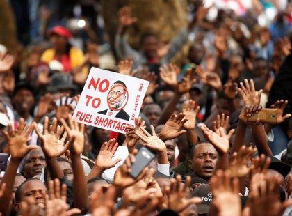 Manifestantes bloquean carreteras y queman neumáticos en Harare por el aumento del precio del combustible en Zimbabue