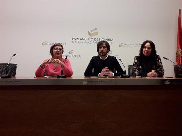 Ainhoa Aznárez (d), Mikel Buil y Tere Sáez, parlamentarios de Podemos Navarra.