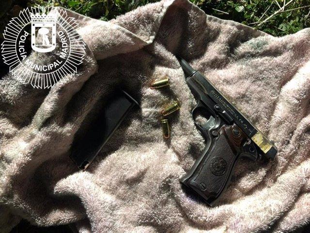 Pistola requisada en la intervención policial