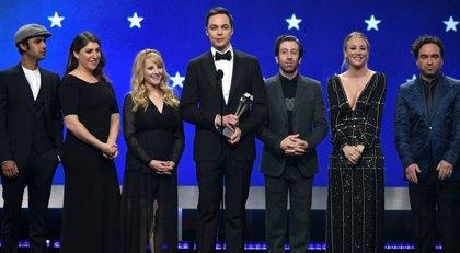 Homenaje de las estrellas de The Big Bang Theory a Chuck Lorre en los  Critics' Choice Awards
