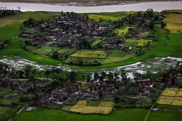 Imagen de archivo de un pueblo rohingya quemado en Maungdaw