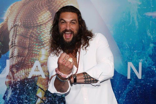 Jason Momoa celebra los mil millones de Aquaman
