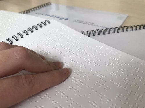 Una persona lee braille