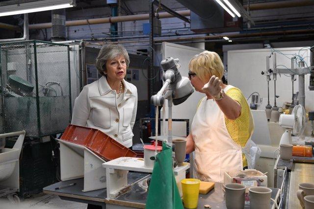 Theresa May visita una fábrica
