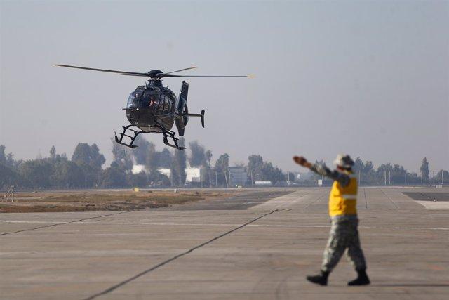 Un helicóptero aterriza en el Aeropuerto Internacional de Santiago, Chile