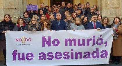 Concentración y minuto de silencio en el Ayuntamiento por el crimen de violencia de género de Fuengirola
