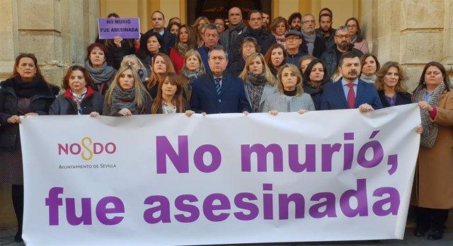 Concentración ante el Ayuntamiento por el crimen de Fuengirola
