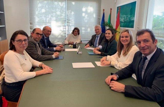 Aehcos y Ayuntamiento de Marbella en una reunión