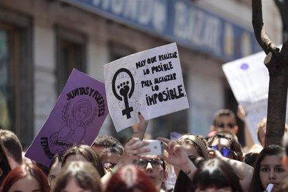 Feministas se concentran ante el Parlamento andaluz coincidiendo con el debate de investidura de Moreno