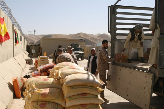 Entrega ayuda humanitaria por militares españoles en Afganistán