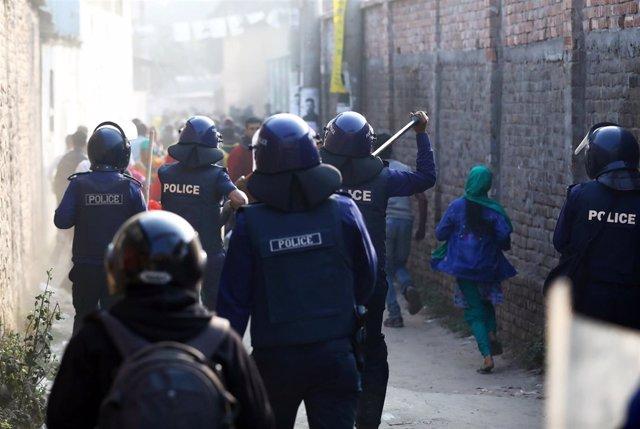 Policías durante una manifestación de trabajadoras del textil cerca de Dacca