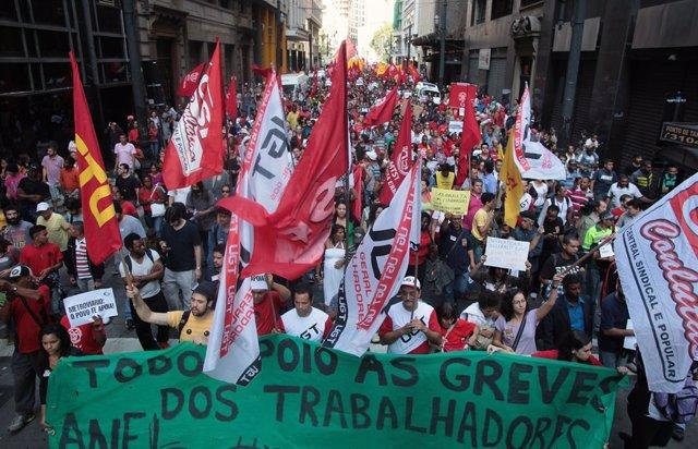 Manifestación de la MTST y los trabajadores del metro en Sao Paulo.