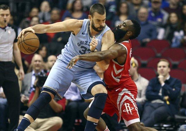 Marc Gasol (Memphis Grizzlies) frente a James Harden (Houston Rockets)