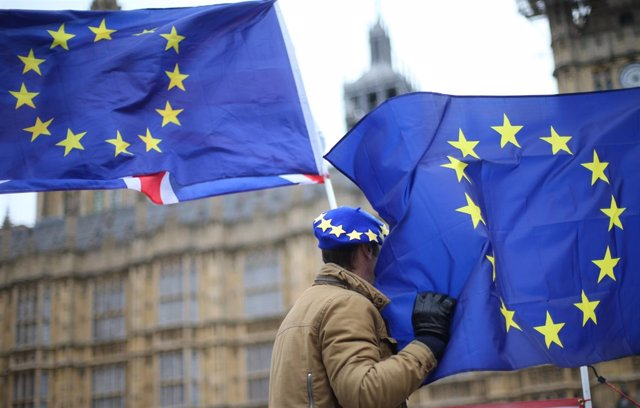Banderas de la UE frente al Parlamento británico
