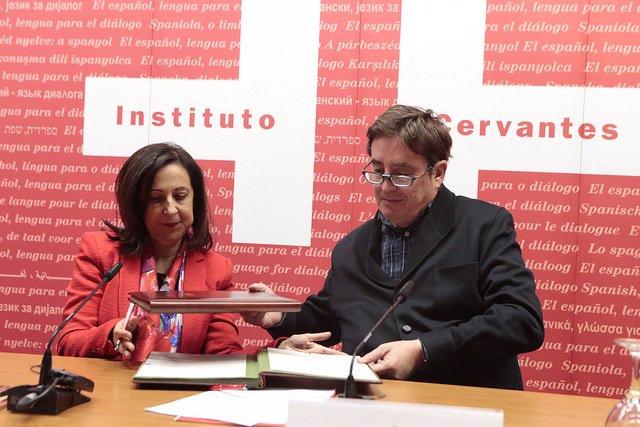 Margarita Robles y Luis García Montero en la firma de un convenio