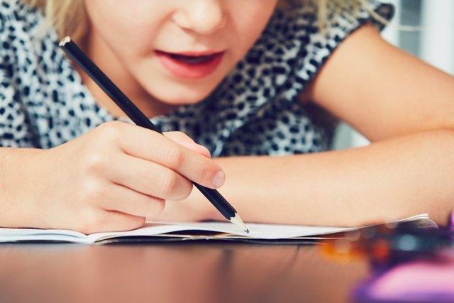 Niña escribiendo, aula, lapiz, colegio, dislexia