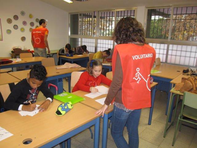 Voluntarios de la Fundación Prodean prestan apoyo escolar