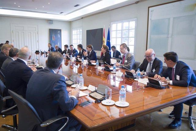 El presidente del Gobierno, Pedro Sánchez, con empresarios