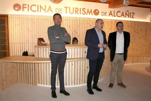 Responsables municipales en la Oficina de Turismo de Alcañiz