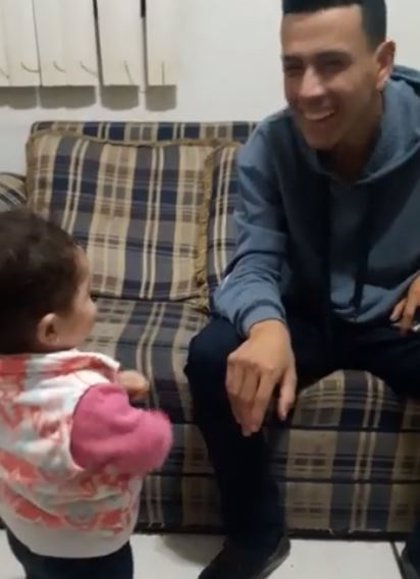 Una niña conmueve a la redes intentando comunicarse con su padre sordomudo