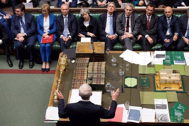Jeremy Corbyn interpela a Theresa May en la Cámara de los Comunes