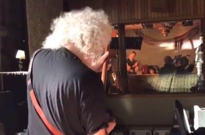 VÍDEO: Brian May toca el brutal solo de Bohemian Rhapsody ante el equipo del biopic de Queen
