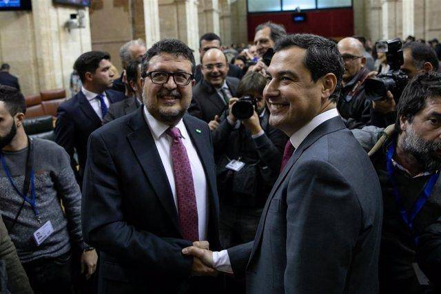 Francisco Serrano saluda a Juanma Moreno en el Parlamento andaluz
