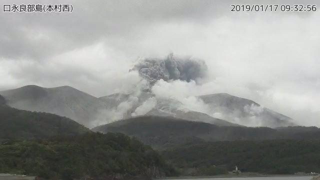 El volcán de la isla Kuchinoerabu, en Japón, entra en erupción