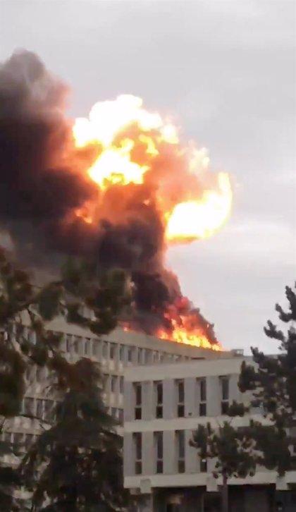 Un aparatoso incendio deja tres heridos leves en la Universidad de Lyon
