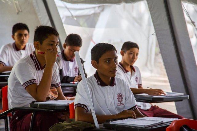 Niños en una escuela temporal de Oaxaca.