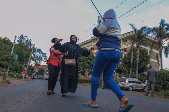 Una mujer atendida tras el atentado de Al Shabaab en Nairobi