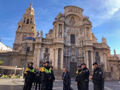 La Policía Turística realiza una visita guiada por lugares de interés de Murcia