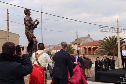 Los Danzantes de Peloche cuentan ya con una estatua que reconoce este baile tricentenario en honor de San Antón Abad