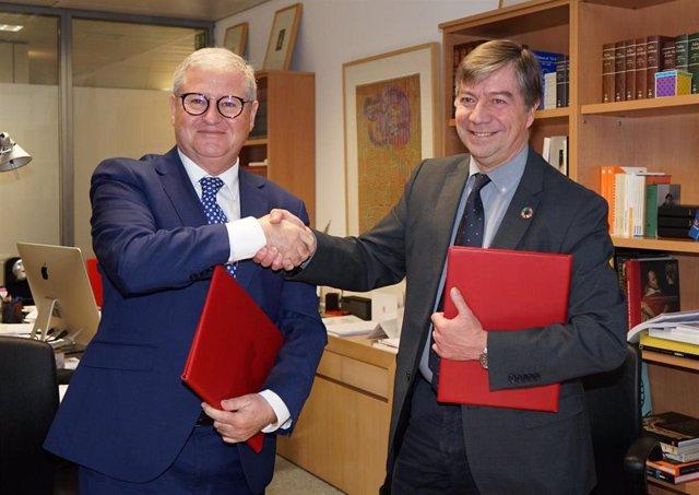 Juan Carlos Moreno y José Antonio Sanahuja en la firma del convenio