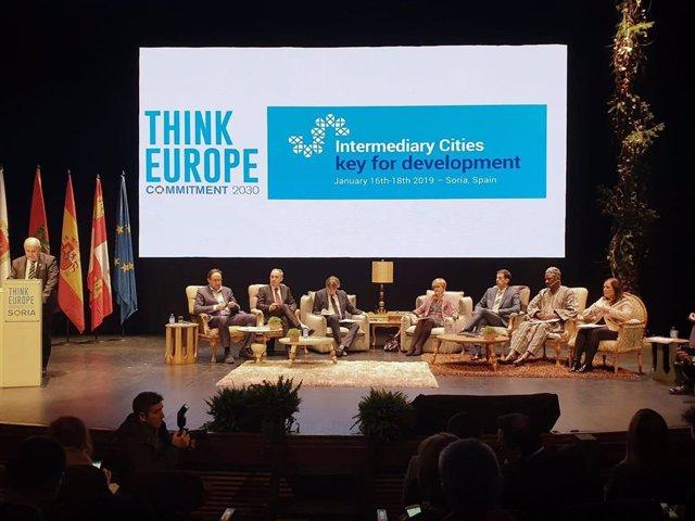 Carrillo (dcha.) en el encuentro 'Think Europe'