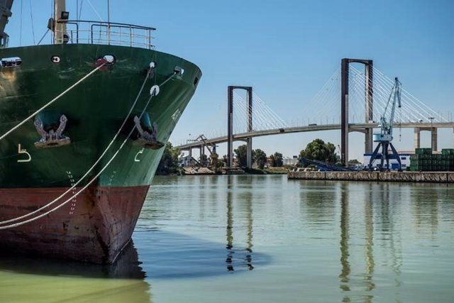 Barco en la dársena de Batán, en Sevilla