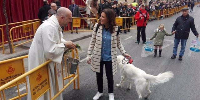 Sandra Gómez ha asistido con su perro tras recuperarse del accidente