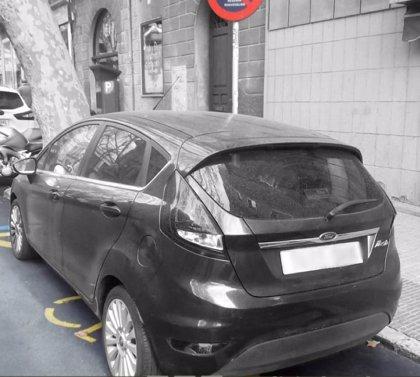 Retiran un coche aparcado en una plaza reservada para minusválidos cuyo titular de la tarjeta falleció hace un año