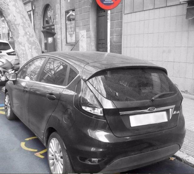 Cotxe estacionat en una plaa per a persones amb discapacitat
