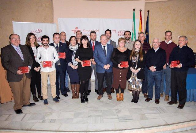 Foto de familia de los premiados con el resto de representantes.