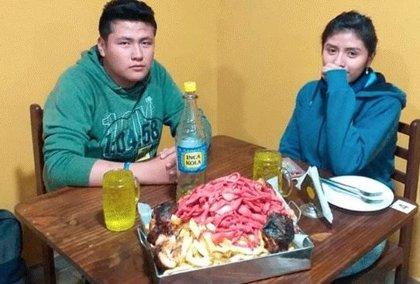 "Una pareja de peruanos se come una ""mega salchipapa"" en minutos"