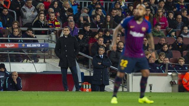 Arturo Vidal y Ernesto Valverde durante el Barça - Levante de Copa