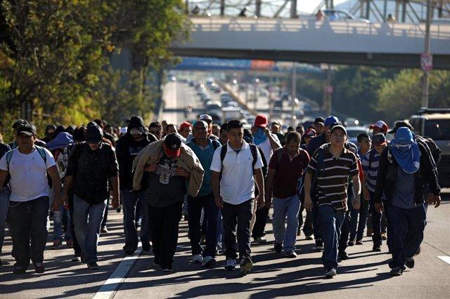 Salvadoreños parten de El Salvador para unirse a una nueva 'caravana' hacia EEUU